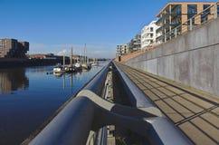 欧罗巴港口的江边在布里曼,有被停泊的航行的游艇和现代办公室和豪华公寓的德国 免版税库存图片