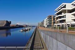 欧罗巴港口的江边在布里曼,有被停泊的航行的游艇和现代办公室和豪华公寓的德国 库存图片