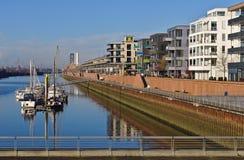 欧罗巴港口的江边在布里曼,有被停泊的航行的游艇和现代办公室和豪华公寓的德国 库存照片