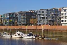 欧罗巴港口的江边在布里曼,有被停泊的航行的游艇和现代办公室和豪华公寓的德国 免版税库存照片