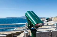 欧罗巴点有投入硬币后自动操作双眼的观察台 看在阿尔盖斯莱斯或直布罗陀的海湾 英国国外Terr 免版税库存照片