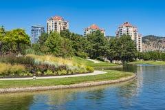 欧肯纳根湖的基隆拿不列颠哥伦比亚省加拿大基隆拿街市江边 免版税库存照片