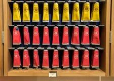 欧舒丹护手霜管在化妆商店的待售在阿讷西 法国 库存照片