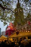 欧洲、英国、英国、兰开夏郡、曼彻斯特、阿尔伯特广场、圣诞节市场&城镇厅 免版税库存图片