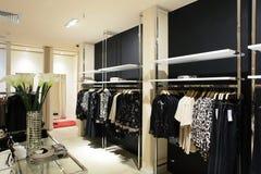 欧洲全新的服装店 库存图片