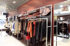 欧洲全新的服装店 库存照片