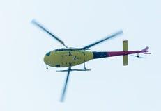 欧洲直升机公司AS-350的飞行员在airshow的 底视图 免版税库存图片