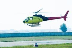 欧洲直升机公司AS-350的飞行员在airshow的 库存照片
