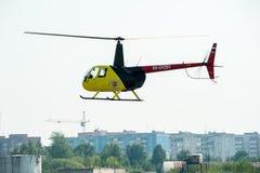 欧洲直升机公司AS-350的飞行员在airshow的 库存图片