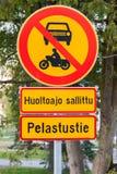 欧洲圆的红色和黄色交通标志,芬兰 免版税库存图片