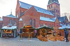欧洲圣诞节市场失去作用与传统秸杆的篮子和的其他 图库摄影