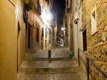欧洲城市老狭窄的街道在夜 免版税库存照片