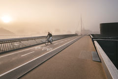 欧登塞,丹麦- 2015年10月5日:在Byens bro的有薄雾的早晨 免版税图库摄影