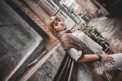 欧洲女孩在上海贫民窟  免版税库存照片