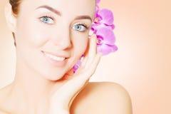 年轻欧洲妇女画象有清楚的皮肤和紫色的 免版税库存照片