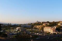 欧洲广场和总统府看法有架空索道驻地的在背景中在第比利斯 免版税库存照片