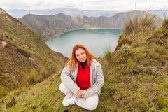 欧洲旅游休息在湖Quilotoa 库存图片
