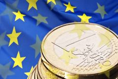 欧洲旗子和欧洲硬币 免版税图库摄影