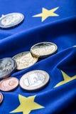 欧洲旗子和欧洲金钱 硬币和钞票欧洲货币在Eur自由地放置了 库存照片
