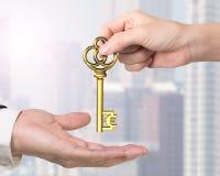 给欧洲标志珍宝钥匙的妇女手人手 免版税库存照片
