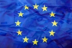 欧洲标志 开户欧洲欧元五重点一百货币附注绳索 钞票概念性货币欧元五十五十 在欧洲金钱背景的五颜六色的挥动的欧盟旗子 库存照片
