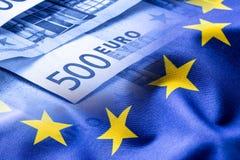 欧洲标志 开户欧洲欧元五重点一百货币附注绳索 钞票概念性货币欧元五十五十 在欧洲金钱背景的五颜六色的挥动的欧盟旗子 库存图片