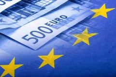 欧洲标志 开户欧洲欧元五重点一百货币附注绳索 钞票概念性货币欧元五十五十 在欧洲金钱背景的五颜六色的挥动的欧盟旗子 免版税库存照片