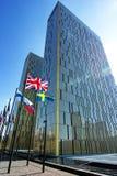 欧洲法院在有旗子夫妇的卢森堡  免版税库存照片