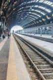欧洲火车站和通勤者的概念性图象平台的 免版税库存图片