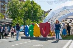 欧洲电视网村庄 结构有历史的kyiv博物馆室外乌克兰 05 05 2017年 社论 人们 库存照片