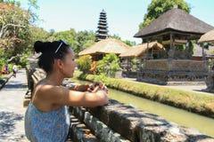 欧洲白种人女孩看巴厘岛塔曼阿云寺 免版税库存图片