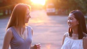 年轻欧洲白肤金发的女孩美丽的女性和亚洲画象我 股票视频
