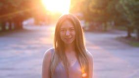 年轻欧洲白肤金发的女孩美丽的女性画象在阳光下 股票视频
