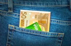 欧洲的钞票50和在后面牛仔裤的信用卡签证装在口袋里 免版税库存图片