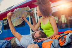 欧洲看旅游地图的旅行夫妇在贝尔格莱德 图库摄影