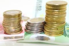 欧洲硬币和票据在白色背景 免版税库存照片