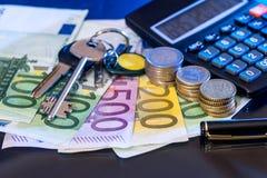 欧洲硬币和钞票与计算器,被隔绝的笔 库存图片