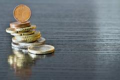 欧洲硬币在他们自己被堆积 库存图片