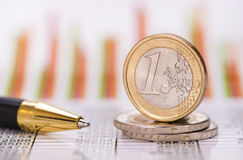 欧洲硬币被堆积在外汇市场数据  免版税库存照片