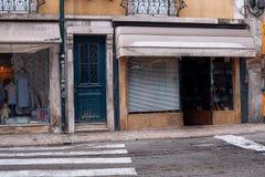 欧洲老商店商店在城市 免版税库存图片