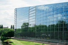 欧洲议会的东部玻璃门面 免版税库存照片