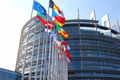 欧洲议会,旗子细节在大厦前面的 库存照片