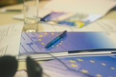 欧洲金属笔堆在图附近的 市场贸易的概念 免版税库存照片