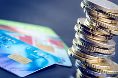 欧洲金钱和信用卡在黑暗的背景 欧洲货币  金钱平衡  从硬币的大厦 库存照片