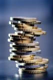 欧洲金钱和信用卡在黑暗的背景 欧洲货币  金钱平衡  从硬币的大厦 库存图片