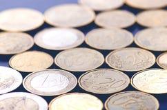 欧洲金钱和信用卡在黑暗的背景 欧洲货币  金钱平衡  从硬币的大厦 免版税库存图片