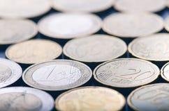 欧洲金钱和信用卡在黑暗的背景 欧洲货币  金钱平衡  从硬币的大厦 免版税库存照片