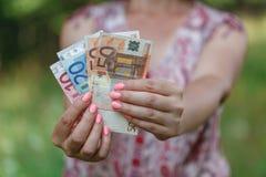 欧洲钞票在妇女手上 免版税库存照片