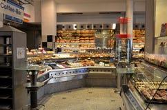 欧洲面包、蛋糕和酥皮点心咖啡馆法式蛋糕铺 免版税库存照片