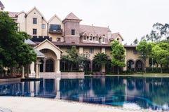 欧洲风格的别墅和水池 免版税库存照片
